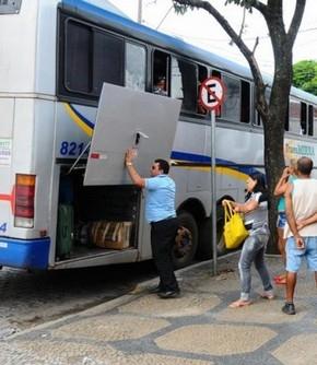Motorista de ônibus obrigado a descarregar bagagens de passageiros deve receber por acúmulo de funções